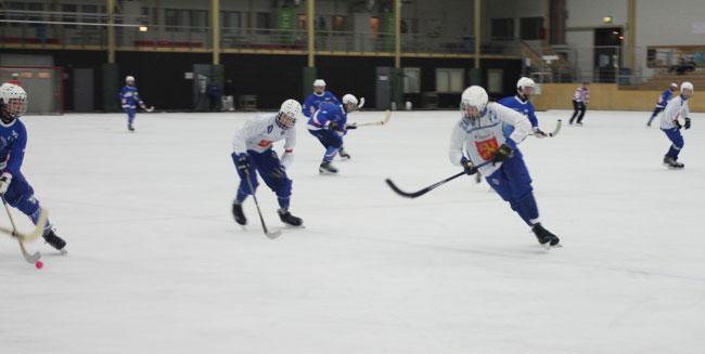 Suomen keskikentällä peliä tekevä Tuukka Loikkanen (oik.) osaa myös puolustaa. Tässä SBBK:n hyökkäys ohjataan tehokkaasti laitaan. Kerkko (#10) varmistaa taustalla. Kuva: Jeri Hämäläinen