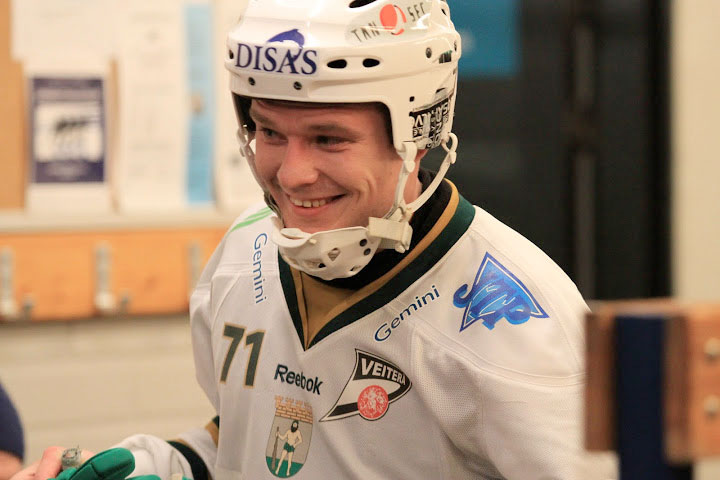 Tero Määttälä pukeutuu ensimmäistä kertaa miesten maajoukkueen sotisopaan, kuva Pekka Huovila